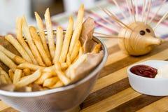 Зажаренные картошки с кетчуп и майонезом стоковые фотографии rf