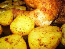 Зажаренные картошки с цыпленком стоковые изображения rf