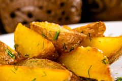 Зажаренные клин картошки на белой плите Стоковое фото RF