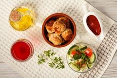 Зажаренные котлеты в керамическом шаре супа, томаты мяса, керамический соус Стоковые Фотографии RF