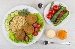 Зажаренные котлеты с овощами, рисом, кетчуп, майонезом в шаре Стоковые Фото