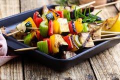 Зажаренные красочные протыкальники овощей, еда vegan стоковая фотография