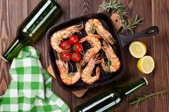 Зажаренные креветки на сковороде и пиве Стоковая Фотография