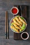 Зажаренные креветки тэмпуры с соусами Стоковое Изображение