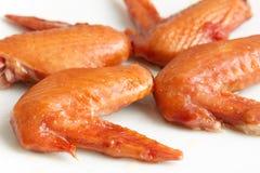Зажаренные крыла цыпленка на белой предпосылке Стоковые Изображения