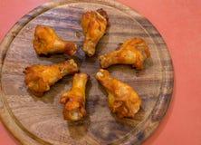 Зажаренные крыла цыпленка на диске Стоковое Изображение
