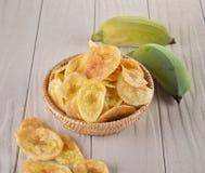 Зажаренные куски банана на белой предпосылке Стоковые Фото