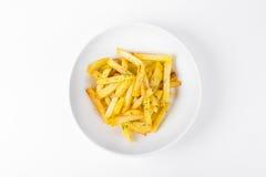 Зажаренные кудрявые картошки на белой предпосылке плиты Стоковые Изображения RF