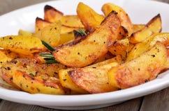 Зажаренные клин картошки на белой плите Стоковое Изображение RF