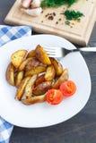 Зажаренные клин картошки с томатом вишни Стоковая Фотография RF