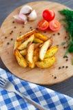 Зажаренные клин картошки с томатом вишни Стоковые Изображения
