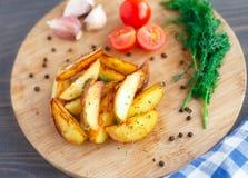 Зажаренные клин картошки с томатом вишни Стоковые Изображения RF