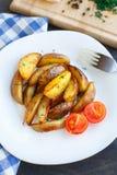 Зажаренные клин картошки с томатом вишни Стоковые Фото