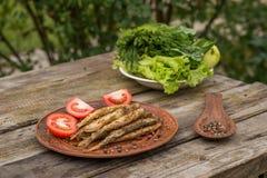 Зажаренные малые рыбы на деревянной деревенской таблице стоковое изображение rf