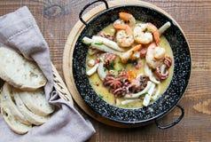 Зажаренные морепродукты, креветка, осьминог, кальмар на плите стоковое фото