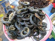 Зажаренные насекомые и змейки для продажи, Камбоджа стоковая фотография