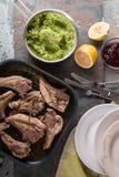 Зажаренные нервюры овечки, картофельные пюре, бураки sauce, лимон, плиты, вилки на таблице Стоковые Изображения RF