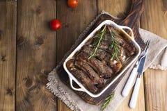 Зажаренные нервюры свинины Мясо со специями и травами в блюдах на деревянной предпосылке Обедает барбекю с салатом и соусом Откры стоковое изображение