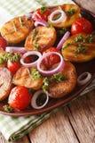 Зажаренные новые картошки и томаты с clos розмаринового масла и петрушки Стоковые Изображения