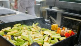 Зажаренные овощи, барбекю, bbq Работа кашевара, жаря мозоль, перец, продукты, цукини на гриле задержано сток-видео