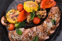 Зажаренные овощи и стейк говядины Стоковые Изображения RF