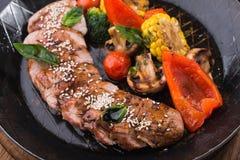 Зажаренные овощи и стейк говядины Стоковые Изображения