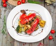 Зажаренные овощи на плите с соусом стоковые фото