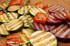 Зажаренные овощи на разделочной доске стоковая фотография rf