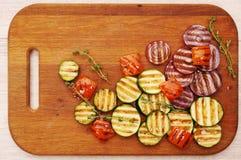 Зажаренные овощи на разделочной доске стоковое изображение rf