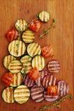 Зажаренные овощи на разделочной доске стоковые изображения