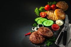 Зажаренные пирожки говядины с другими ингридиентами для гамбургеров Стоковая Фотография RF