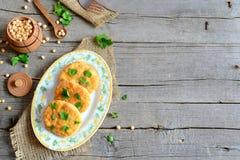 Зажаренные пирожки гороха на плите Пирожки здорового питания сваренные от желтого цвета высушили горохи и украшенного с петрушкой Стоковые Фотографии RF