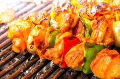 Зажаренные протыкальники овощей и мяса на гриле Стоковое фото RF