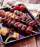 Зажаренные протыкальники и овощи мяса на горячем лотке Стоковые Изображения