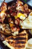 Зажаренные протыкальники мяса цыпленка свернутые с беконом протыкальники барбекю с овощами и зажаренным в духовке хлебом пиццы Стоковая Фотография RF