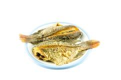 Зажаренные рыбы в блюде на белой предпосылке стоковая фотография rf