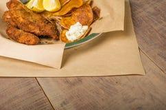 Рыбы и обломоки на деревянной таблице Стоковое Изображение