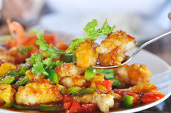 Зажаренные рыбы луциана с сладостным и кислым соусом Стоковые Фотографии RF
