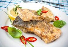 Зажаренные рыбы на белых плите и вилке, ноже Стоковая Фотография