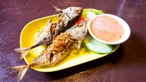 Зажаренные рыбы на желтом блюде Стоковые Изображения