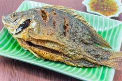 Зажаренные рыбы на зеленой плите Стоковая Фотография RF