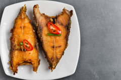 Зажаренные рыбы на плите на белой плите Стоковые Фото