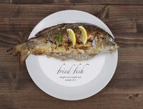 Зажаренные рыбы на плите Стоковое Изображение RF