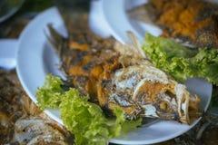 Зажаренные рыбы на плите с овощами, селективном фокусе Стоковое фото RF