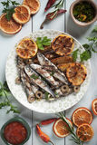 Зажаренные рыбы сардины с зажаренной в духовке картошкой Стоковое Изображение