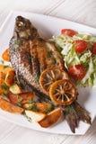 Зажаренные рыбы с зажаренными картошками и взгляд сверху вертикали салата Стоковые Изображения RF
