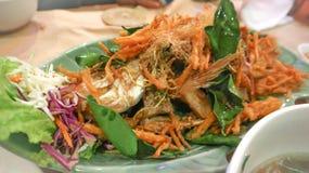 Зажаренные рыбы с зажаренным овощем Стоковое Фото