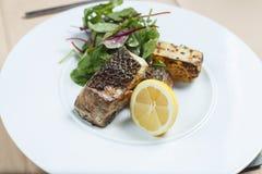 Зажаренные рыбы с лимоном и салатом Стоковое фото RF