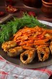 Зажаренные рыбы с морковью и укропом Стоковые Изображения RF