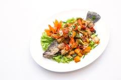 Зажаренные рыбы с сладостным и кислым соусом на белой предпосылке Стоковые Изображения RF